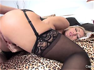 Capri Cavanni seduces a fellow in her motel room