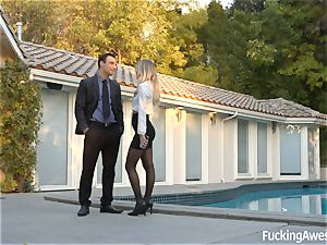 Real estate agent Natalia Starr wants to sell a house