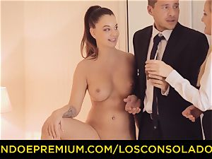 LOS CONSOLADORES - three way hump fun for dark-haired kitten